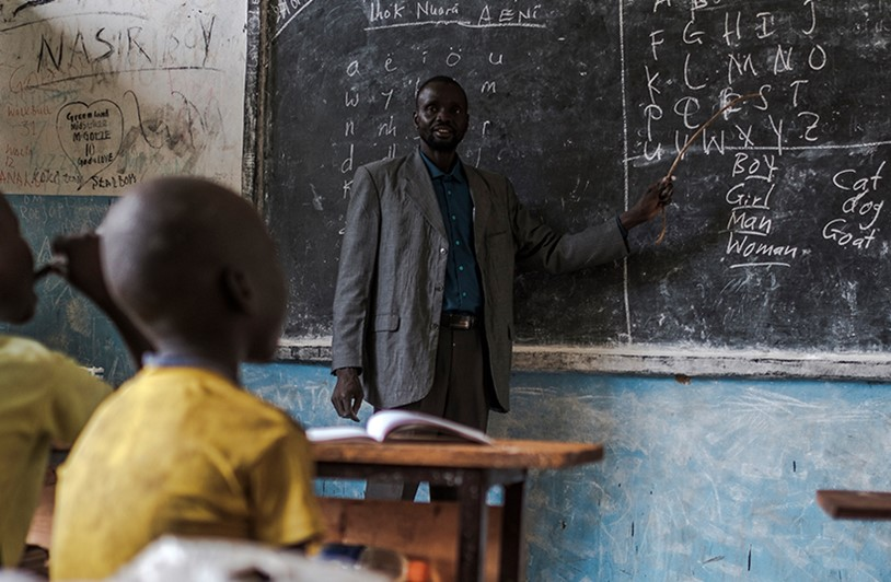 South Sudanese teacher helps students
