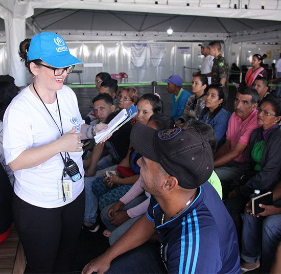 Venezuelans arrive in border city of Pacaraima and are greeted UNHCR team members